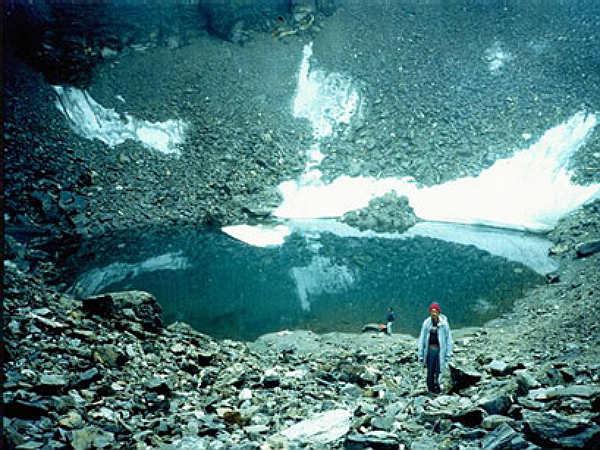 उत्तराखंड की इस झील में  न तो इंसान, न ही मछलियां , कंकाल और हड्डियाँ तैरते हैं