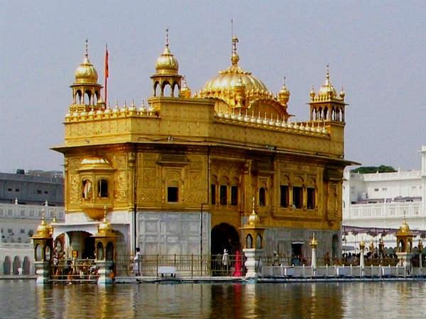 सिख धर्म के यश वैभव और शालीनता को बखूबी दर्शाता है अमृतसर का स्वर्ण मंदिर