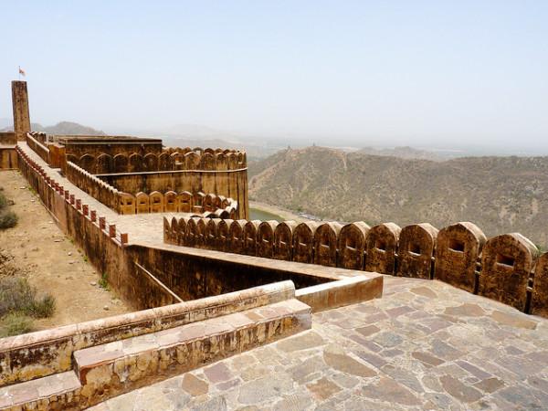 राजस्थान</a></strong> राज्य की पांरपरिक सभ्यता और सांस्कृतिक धरोहर को दर्शाता है खूबसूरत अजमेर शहर। इस शहर में अनेक शानदार किले और इस्लामिक स्थल हैं। अरावली की पहाडियों में <strong><a href=