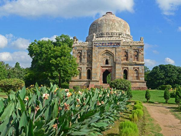 भारत के प्रसिद्ध पर्यटन स्थलों</a></strong> में से एक हैं, दिल्ली से करीब होने के चलते आप इस खूबसूरत जगह को वीकेंड के दौरान आसानी से घूमने आ सकते हैं और यहाँ की संस्कृति, यहाँ के इतिहास और यहाँ के शाही ठाठ बाट का पूरा मजा उठा सकते हैं। जयपुर में आप यहां के इतिहास और आधुनिकता को ढंग से देख सकते हैं। यहां के प्रमुख पर्यटन स्थलों में आमेर, हवा महल, सिटी पैलेस,जन्तर-मंतर आदि शामिल हैं। और हां इस शहर की यात्रा के दौरान यहां के <strong><a href=
