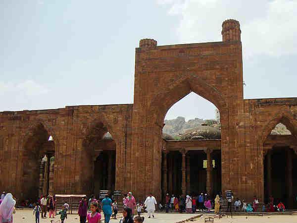 आखिर क्यों एक मंदिर को अढ़ाई दिन में बना दिया था मस्जिद?
