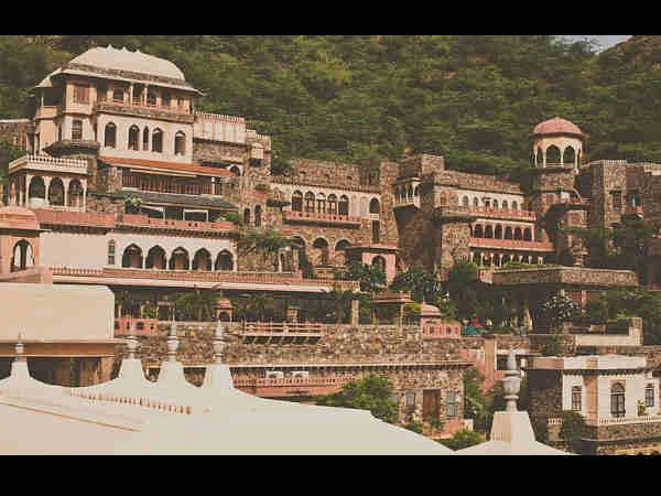 Neemrana Fort Travel Guide Rajasthan Hindi