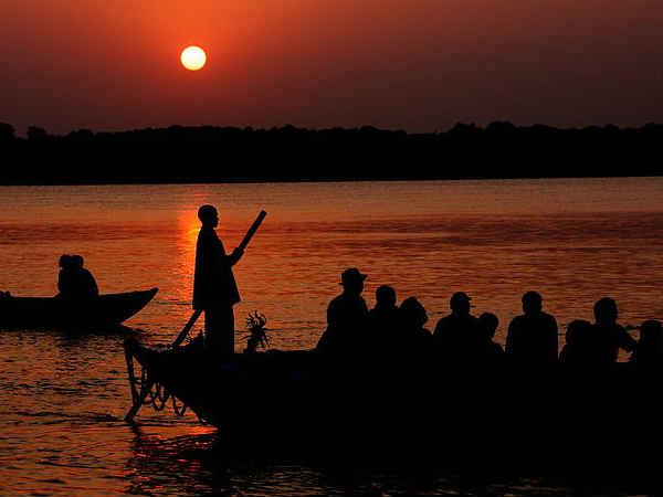 लखनऊ से वीकेंड</a></strong> के दौरान की जा सकती है, जिसमे सबसे पहला नाम आता है, वाराणसी का, जोकि उत्तरप्रदेश की धार्मिक नगरी है, जहां पर्यटक गंगा नदी में डुबकी लगाकर मोक्ष प्राप्त कर सकते हैं। इसके अलावा पर्यटक लखनऊ के 300 किमी की दूरी पर स्थित आगरा में स्थित <strong><a href=